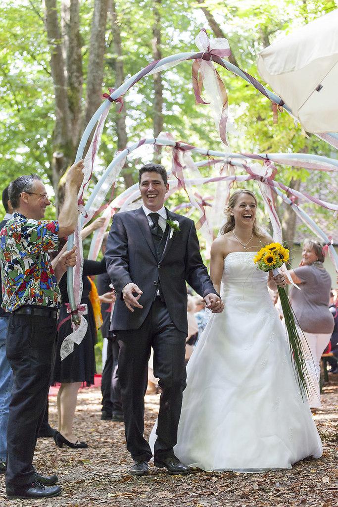 Das glueckliche Brautpaar nach der Trauung
