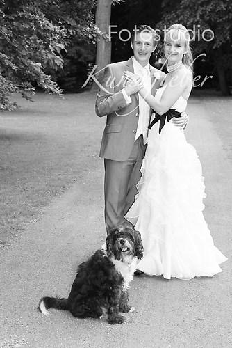 Braut und Bräutigam mit Hund