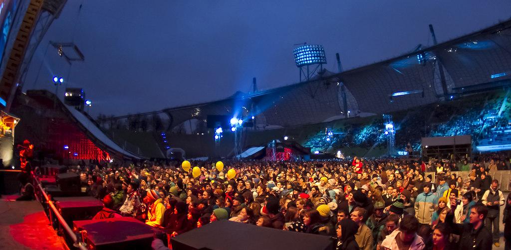 Patrice_@_Air&Style_Munich_030-neu | Patrice live vor 16000 begeisterten Fans  während dem Nike  Air&Style Snowboard event im... | Air&Style, Big Air, Jump, Sprung, springen, Wintersport, Sport, Musik, Konzert, Bühne, music, Reggae, snowboard, event, Veranstaltung, Olympiastadion, München, munich, Band, stage, live on stage