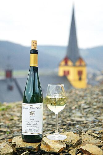Zeltigner Wein vor der Kirche