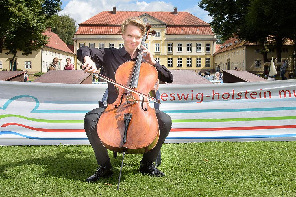 Musikfest Emkendorf fotonick_EN_DSC0783 (MusikfestEmkendorf(fotonick_EN_DSC0783)) | Preistrger Frderpreis der Sparkassen-Finanzgruppe Carlo Lay Violoncello  - Fotograf Erik Nielsen...