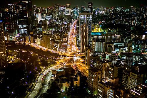 Große Stadt bei Nacht