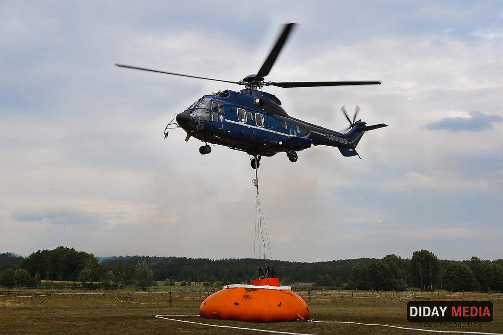 Bundespolizeihubschrauber im Einsatz Klausdorf (Bundespolizeihubschrauber(29)) | Hubschrauber Bundespolizei beim Wasseraufnahme - Waldbrand Klausdorf