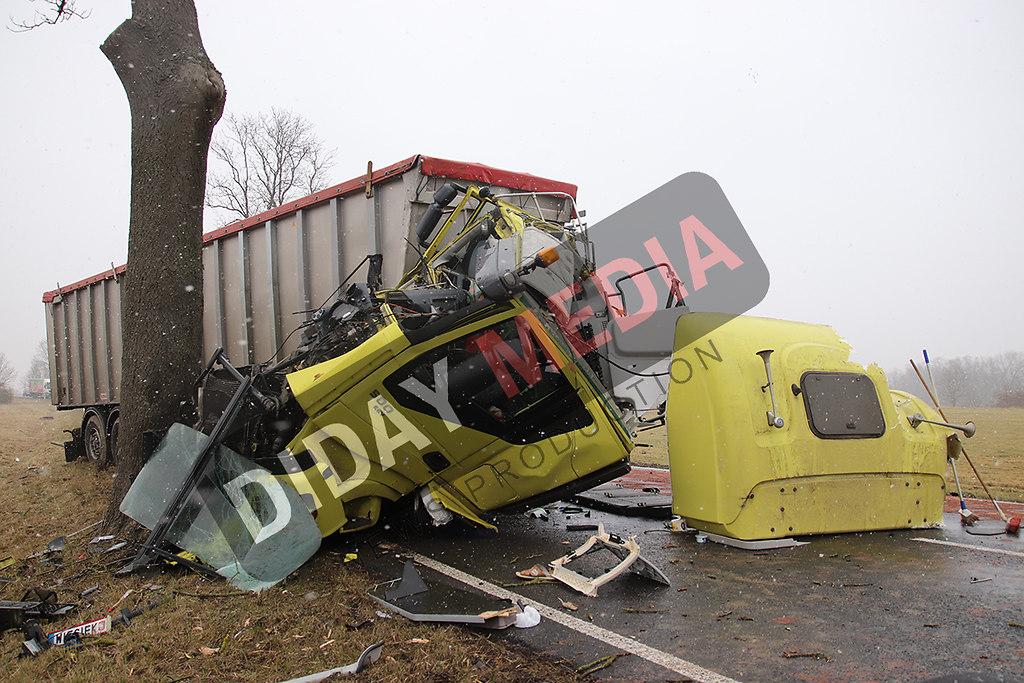 Unfall-LKW-Fahrerhaus-zerstoert
