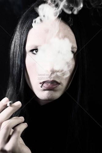 Azael raucht