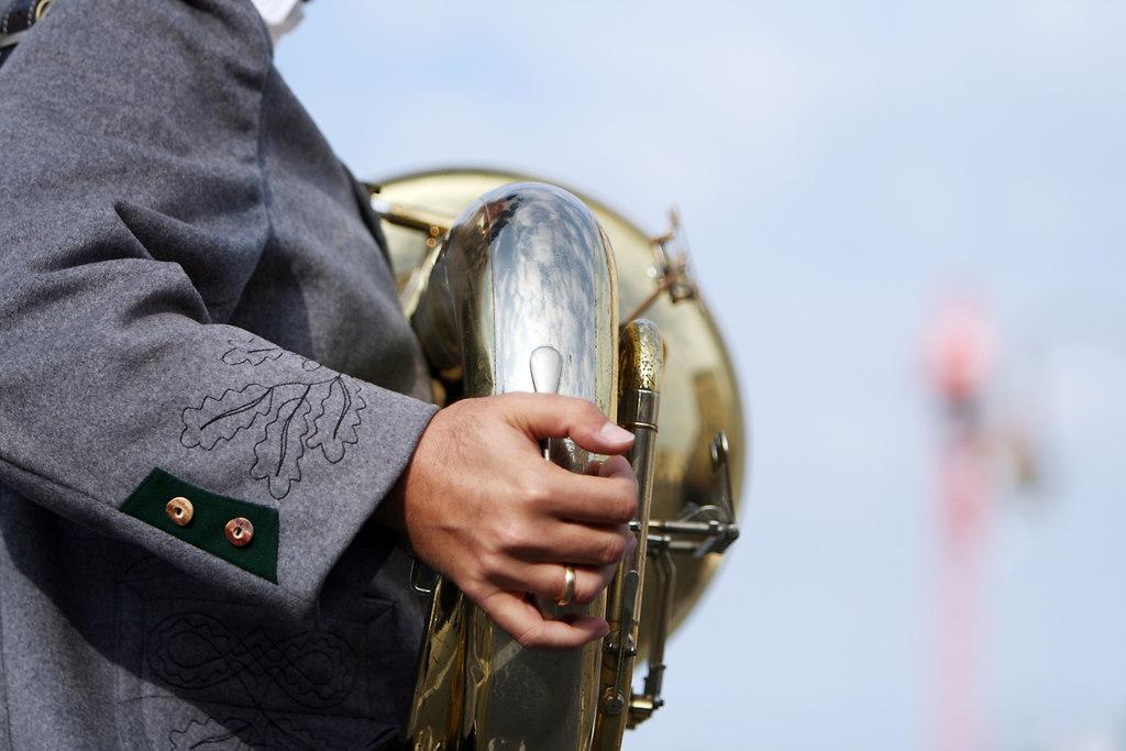 Trachteneinzug Oktoberfest 2012 (B120923_8334) | Trachteneinzug Oktoberfest 2012 | birgit widmann, trachteneinzug, oktoberfest, festival, costumes, musiker, musician, tuba, musikinstrument, istock