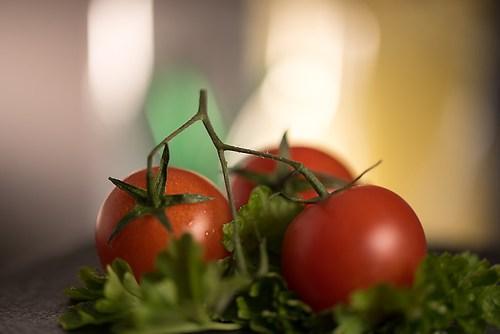 Tomaten auf Petersilie