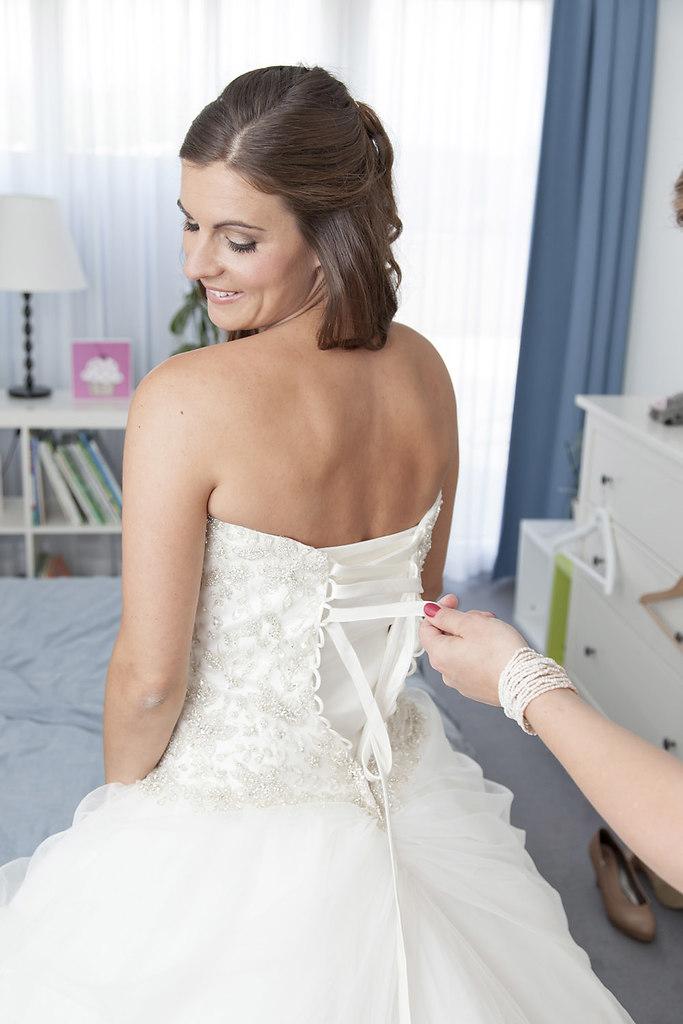 Anziehen des Brautkleides