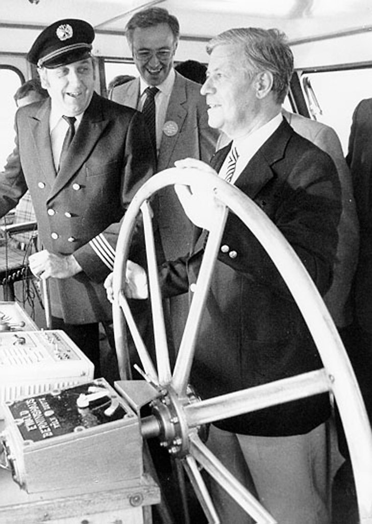 Schmidt (Schmidt Helmut RHEINGAU 1982) | Bundeskanzler Helmut Schmidt am Mi.22.09.1982 während einer Rheinfahrt. Der Lotse hat das Ruder...