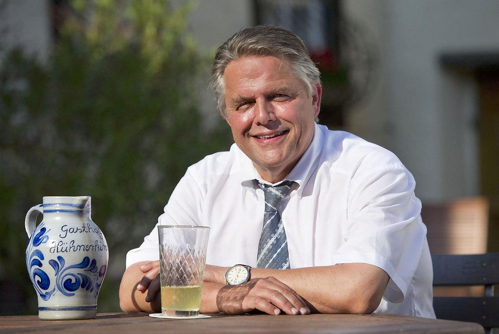 Willsch KP1 (Willsch Klaus-Peter HUEHNERKIRCHE 2013 1) | idloka / Klaus-Peter Willsch im Hof der Hühnerkirche