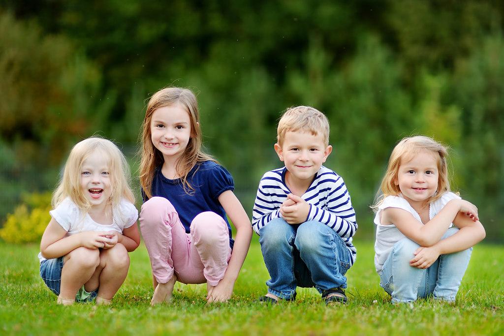 vier_kinder_im_freien | vier Kinder im freien | Kinder, Kita, Gruppe, wiese, sommer, freunde, kindergarten