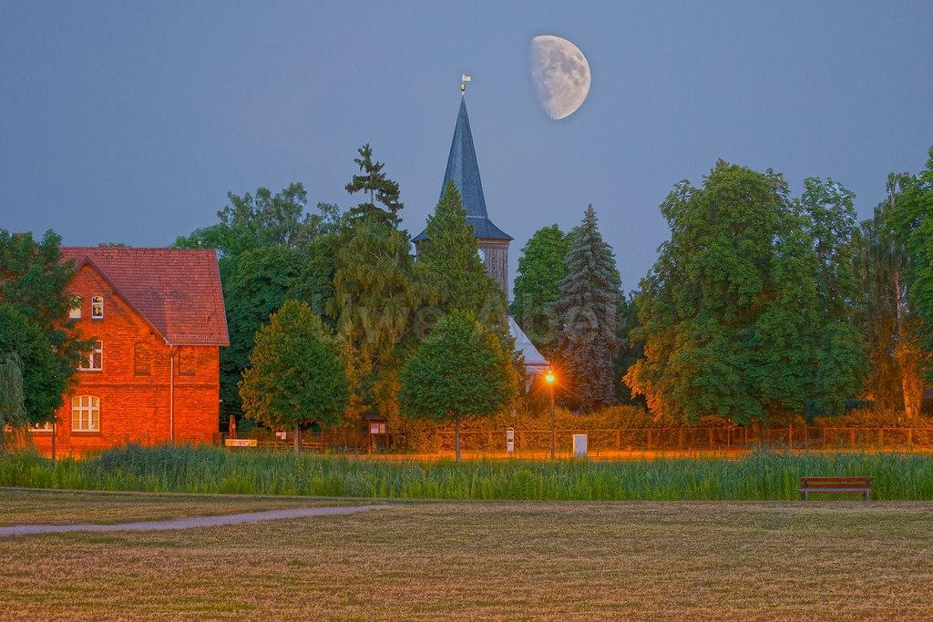 Anger und Mond | Der Mond hängt bleich und satt (piqs.de ID: b0b0f6f37ab72aee59f5729eaec075cf) | Mond, Anger, Falkenhagen, Kirche