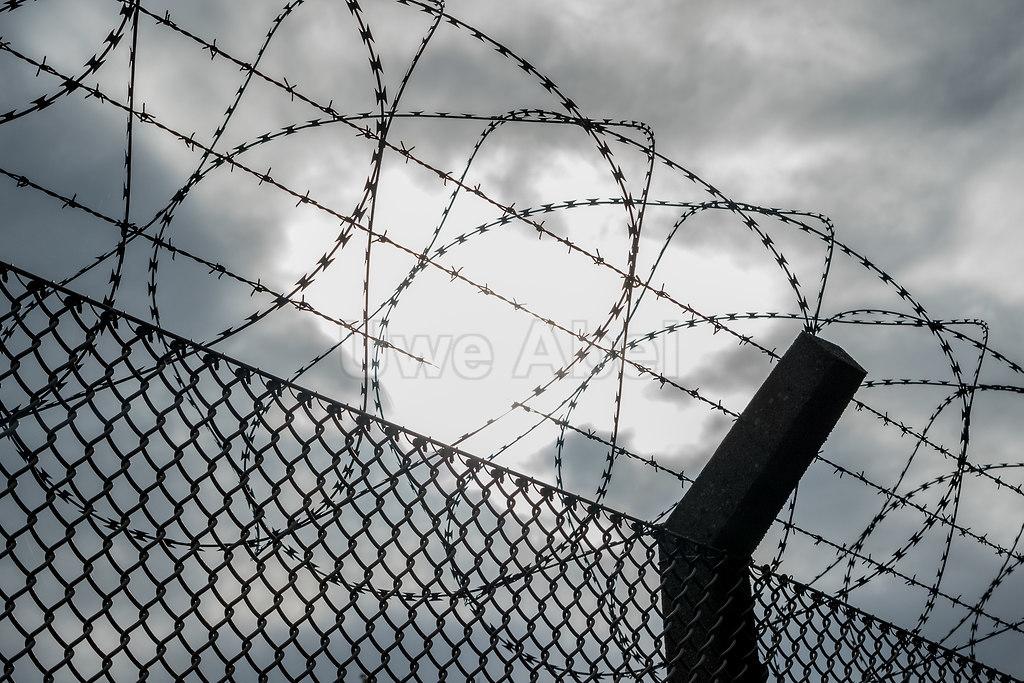 Zur Sonne zur Freiheit | Stacheldraht am Fughafen | Flughafen Stacheldraht
