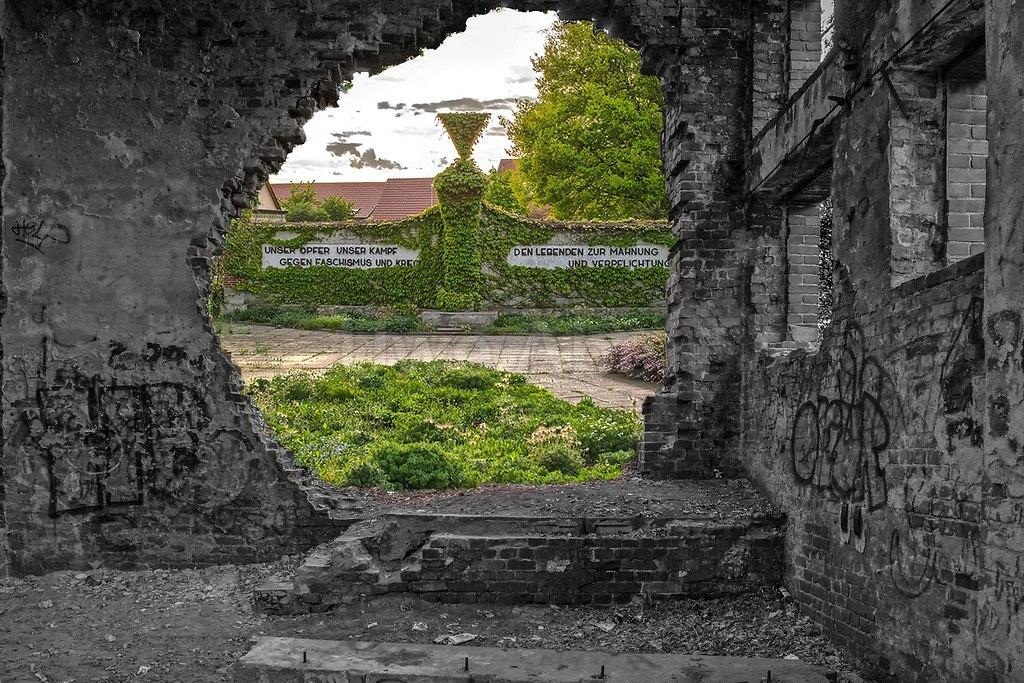 DEMAG Werk (CK) (Breaking trough the Wall) | Alte Fabrik nochmal bearbeitet (piqs.de ID: c3a27973154e0138447e916427a37f6e) | Fabrik, Panzer, Ruine, Lost, Place