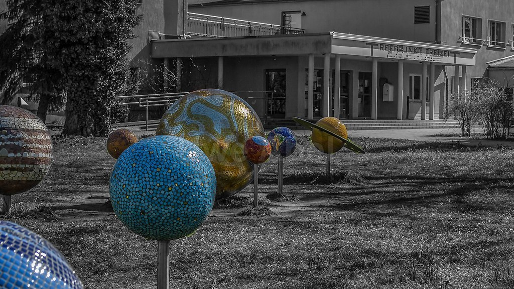 Treffpunkt Weltall | Planetenmodell vor einem Jugendtreffpunkt in Potsdam | Potsdam, Jugendclub, Planeten, Sonnensystem