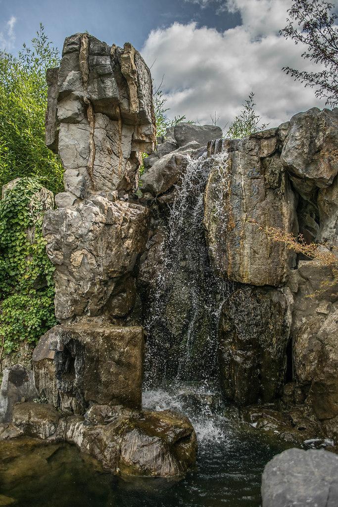 Wasserfall | Wasserfall beim chinesischen Teehaus in den Gärten der Welt | Wassrfall, Garten, China, Teehaus