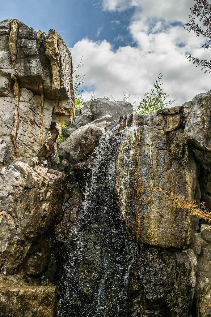 Wasserfall | Wasserfall beim chinesischen Teehaus in den Gärten der Welt | Wasser, Wasserfall, Felsen