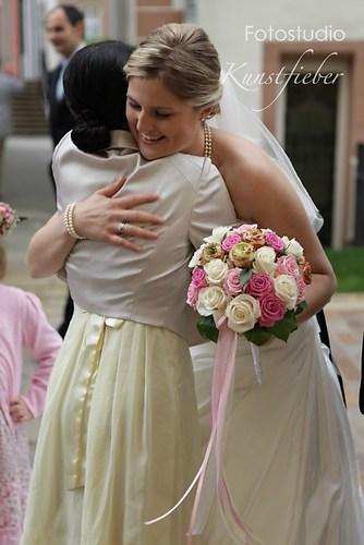 Eine Umarmung für die Braut