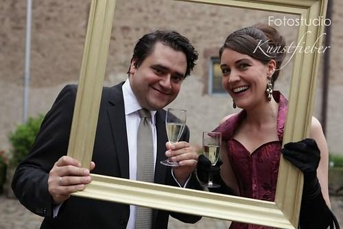 Hochzeitsgäste im Rahmen