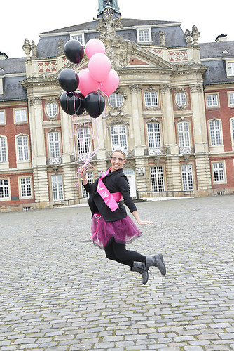 schloss ballons schwarz pink fliegen