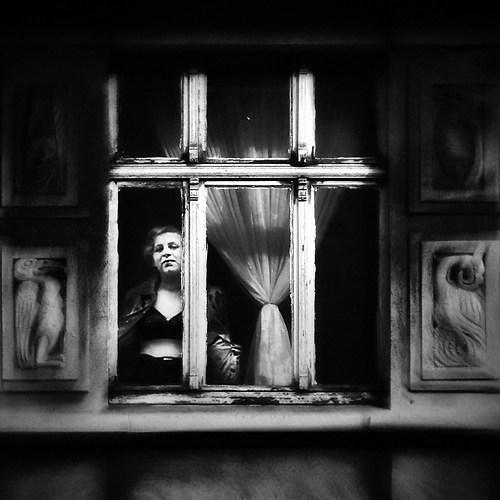 Dame am Fenster e