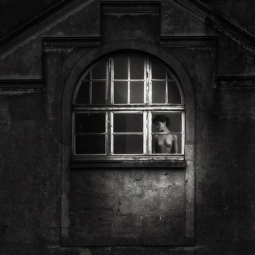 Dame am Fenster1x