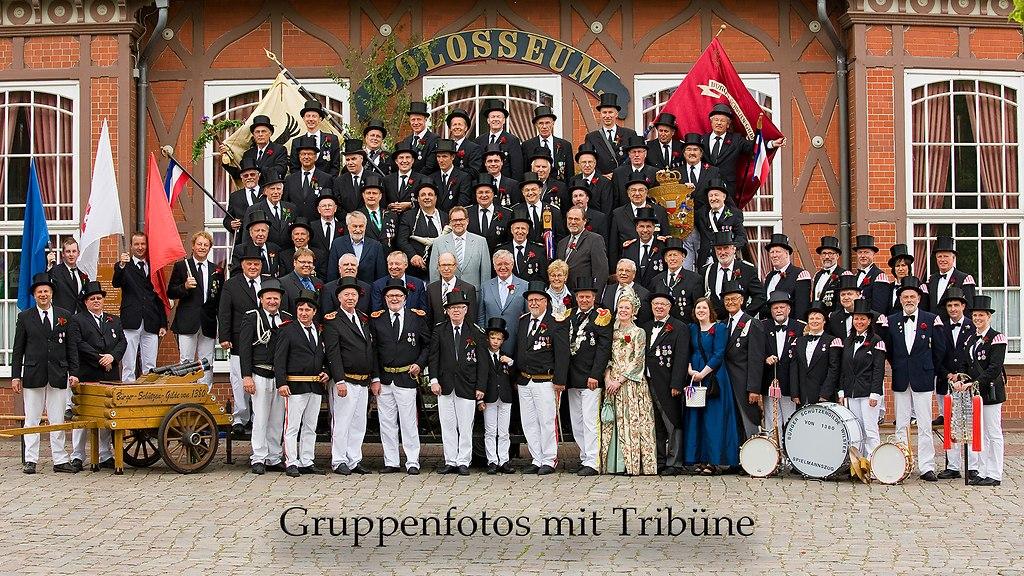 Gruppenfotos mit Tribüne