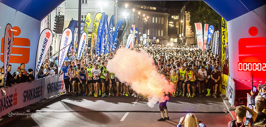 7.SPARKASSEN NIGHT RUN LINZ (170928bm_3747) | SPORT, LEICHTATHLETIK, 7. SPARKASSEN NIGHT RUN LINZ,  2017-09-28 IM BILD:   FOTO:... | LAUFSPORT. SPARKASSE, NIGHT RUN