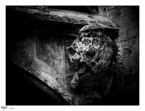 steinfigur im innenhof rathaus muc