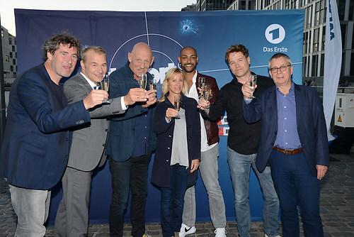 """Das gesamte Team des ARD Tatort """"Durchgedreht"""" stoesst gemeinsam (DSC_3751)"""