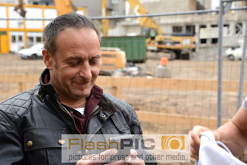 bErdogan Atalay der Kommissar Semir Gerkhan im Portraet am Handy (DSC_6666)