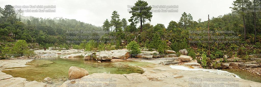 Wildes Wasser in der Berglandschaft | Morgendlich neblige Szene mitten in den Bergen von Korsika | Korsika, Nebel, Landschaft, Panorama