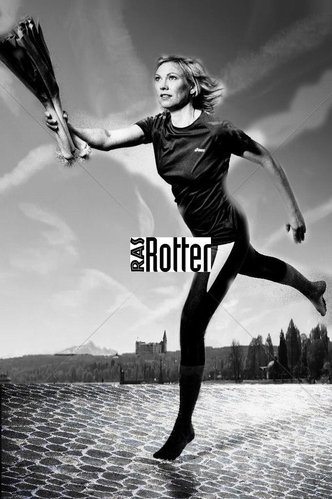 Nadine Legras springt mit Lauch-4023_kombi Stafette der Weganerinnen_sw