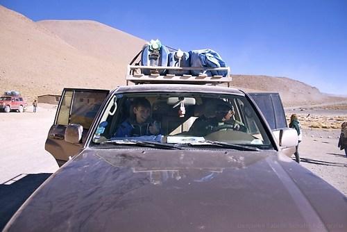 Jonas im Jeep