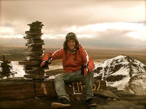 Am Ziel des Wanderausflugs mit meinem Projekt angekommen - der Gipfel des Chacaltaya auf 5