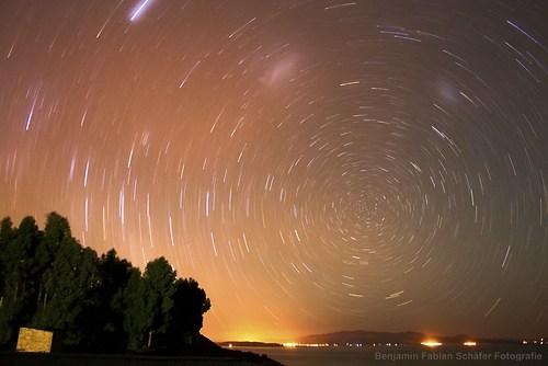 Langzeitaufnahme des Sternenhimmels ueber dem Titikaka See