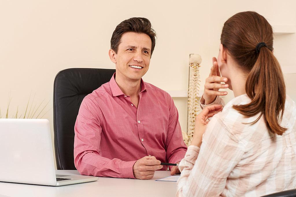 Orthopaede mit einer Patientin in Behandlung (Physio0905151497) | Orthopaede mit einer Patientin in Behandlung. | Schmerzen, Ruecken, Rueckenschmerzen, Physiotherapeut, Physio, Arzt, Orthopaede, Orthopaedie, cranio sacrale, Therapie, Therapeut, Rueckenleiden, leiden, schmerzen, Schmerz, Behandlung, Diagnose, Besprechung, Wirbelsaeule, Roentgen, Roentgenbild, Frau, mann, Praxis, Massage, Tisch, mobil, eingeklemmt, Nerv, Nerven, Patient, Patientin, Krank, Krankschreibung, Krankheit, Heilpraktiker, praktiken