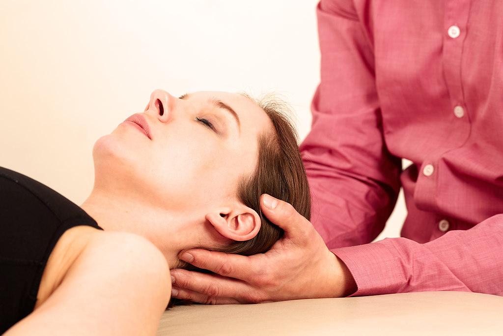 Orthopaede mit einer Patientin in Behandlung (Physio0905151540) | Orthopaede mit einer Patientin in Behandlung. | Schmerzen, Ruecken, Rueckenschmerzen, Physiotherapeut, Physio, Arzt, Orthopaede, Orthopaedie, cranio sacrale, Therapie, Therapeut, Rueckenleiden, leiden, schmerzen, Schmerz, Behandlung, Diagnose, Besprechung, Wirbelsaeule, Roentgen, Roentgenbild, Frau, mann, Praxis, Massage, Tisch, mobil, eingeklemmt, Nerv, Nerven, Patient, Patientin, Krank, Krankschreibung, Krankheit, Heilpraktiker, praktiken