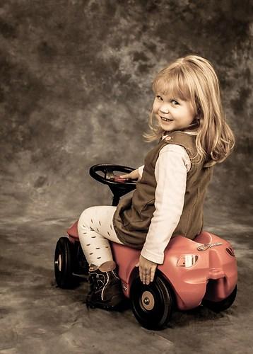 Mädchen auf Bobby-Car