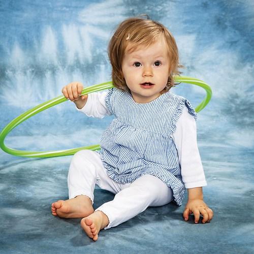 Junges Mädchen mit buntem Hoola-Hoop-Reifen