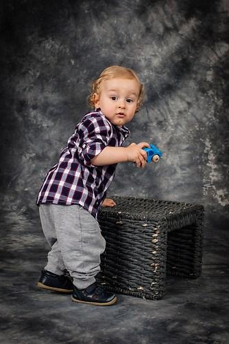 Kleiner Junge mit Kiste