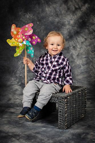 Kleiner Junge mit Windmühle