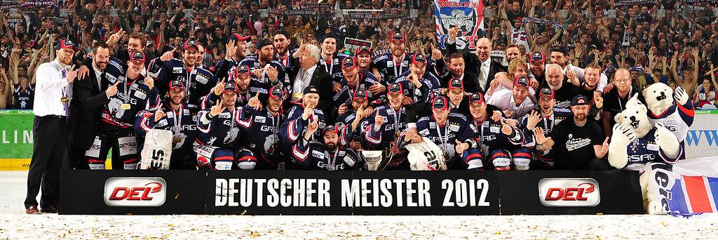 cp-d2-PO5-EBB-Man12-0301 | Eisbären Berlin - Meisterfoto Foto: City Press GbRFotografenkennung: CP-12 | Eishockey, Icehockey, DEL, Deutsche, Liga, EHC, Eisbären, Eisbaeren, 2011, 2012, Berlin, EBB, Playoffs, Playoff, Finale, 5. Spiel, Adler Mannheim, Adler, Mannheim, ERC, MERC, O2 World, Teamfoto, Mannschaftsfoto, teampicture, Mannschaftsbild, Teambild, ganzes Team, Team, Mannschaft, Gruppenbild, Gruppenfoto, Emotion, Emotionen, Freude, Jubel, jubelnd, Begeisterung, begeistert, Deutscher Meister 2012