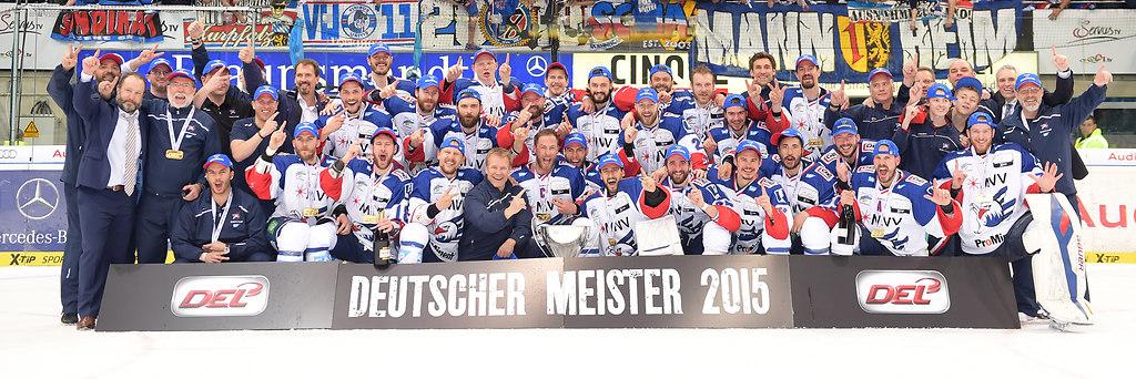 cp-d2-PO6-ERC-MERC15-710 | Adler Mannheim Meisterfoto 2015 nach dem Spiel ERC Ingolstadt gegen Adler Mannheim am 22.04.2015... | Eishockey, icehockey, Sport, Sp, 2014/2015, Saison 2014 / 2015, DEL, Deutsche Eishockey Liga, Spiel 6, Spiel6, round6, Runde6, playoff, playoffs, play offs, off, Adler, MAN, MERC, finals, final, finale, ING, best of 7, Siegerfoto, winner photo, Deutscher Meister 2015, Deutscher Meister, Jubel, Freude, Begeisterung, Enthusiasmus, jubelt, beim Jubeln, jubelnd, jubeln, emotions, exultation, cheers, cheering, jubilation, rejoicing, cheer, rejoices, rejoice, joy, jubilant, jubilating, master photo, masterphoto