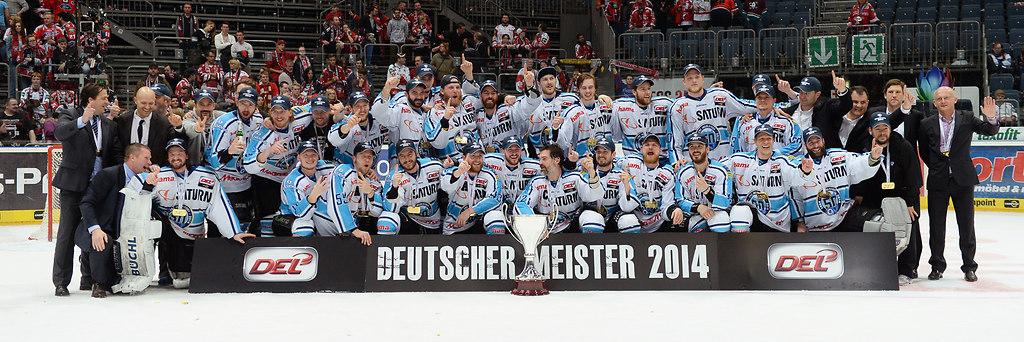cp-d2-PO7-KEC-ERC14-305 | Deutscher Meister 2014 - ERC Ingolstadt Foto: Florian Pohl / City-Press GbRFotografenkennung:... | Eishockey, Icehockey, DEL, Deutsche Liga, 2014, Saison 2013-2014, Play-Offs, Playoffs, Lanxess Arena, Finale, Finals, Koelner Haie, Koeln, Haie, KEC, ING, Ingolstadt, ERC Ingolstadt, Finale 7, Spiel 7, Finalspiel 7, Play Off Finale, Play-Off Finale, Best-of-Seven, Best of-Seven, Meisterfoto, Meisterbild, Meisterfoto 2014, Meister 2014, deutscher Meister 2014, Deutscher Meister, Emotion, Emotionen, Freude, Jubel, jubelnd, Begeisterung, begeistert, Teamfoto, Mannschaftsfoto, teampicture, Mannschaftsbild, Teambild, ganzes Team, Team, Mannschaft, Gruppenbild, Gruppenfoto