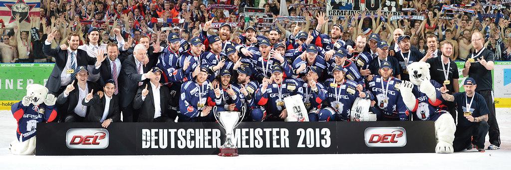 cp-d3-FI4-EBB-KEC13-0475 | Meisterfoto 2013 - Eisbären Berlin Foto: Mathias Renner / City-Press GbRFotografenkennung:... | Eishockey, Icehockey, DEL, Deutsche, Liga, 2012, 2013, Saison 2012-2013, DEL-Playoffs, Playoffs, Finale, EBB, Eisbären Berlin, Eisbären, Berlin, Eisbaeren, Koelner Haie, Kölner Haie, Haie, Koeln, Köln, DEL-Finale, DEL Finale, Finalspiel, 4.Spiel, O2 World, KEC, Teamfoto, Mannschaftsfoto, teampicture, Mannschaftsbild, Teambild, ganzes Team, Team, Mannschaft, Gruppenbild, Gruppenfoto, Emotion, Emotionen, Freude, Jubel, jubelnd, Begeisterung, begeistert, Deutscher Meister, Deutscher Meister 2013, Meister, Deutsche Meisterschaft, Meisterschale, Pokal, Trophäe, Felge, Medaille