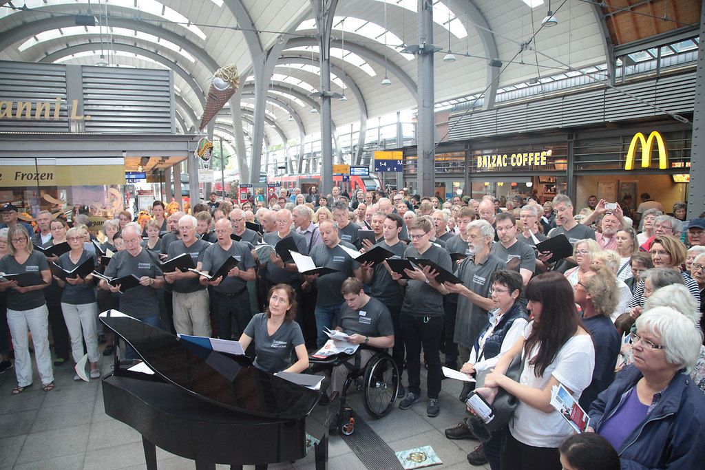 Mitsingbahnhof Kiel (fotonick-AN-7139) | Der Schleswig-Holstein Festival Chor bringt den Kieler Hauptbahnhof zum Klingen-Foto Axel Nickolaus | fotonick Kiel