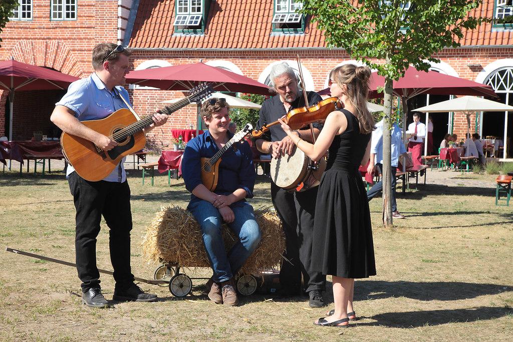 Musikfest Pronstorf (fotonick--0433) | KalüünKeike Faltings, Gesang, ViolineDennis Werner, Gitarre, GesangJan Faltings, Mandoline,... | fotonick Kiel
