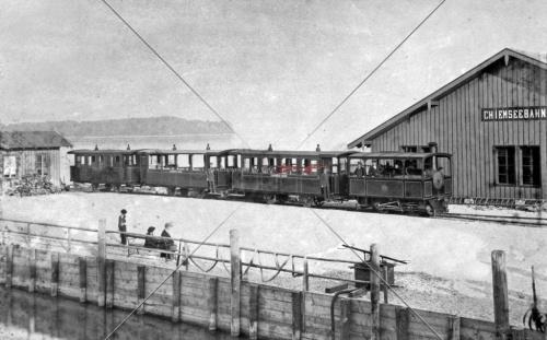 Chiemseebahn um 1890 mit Wartehalle und Schuppen