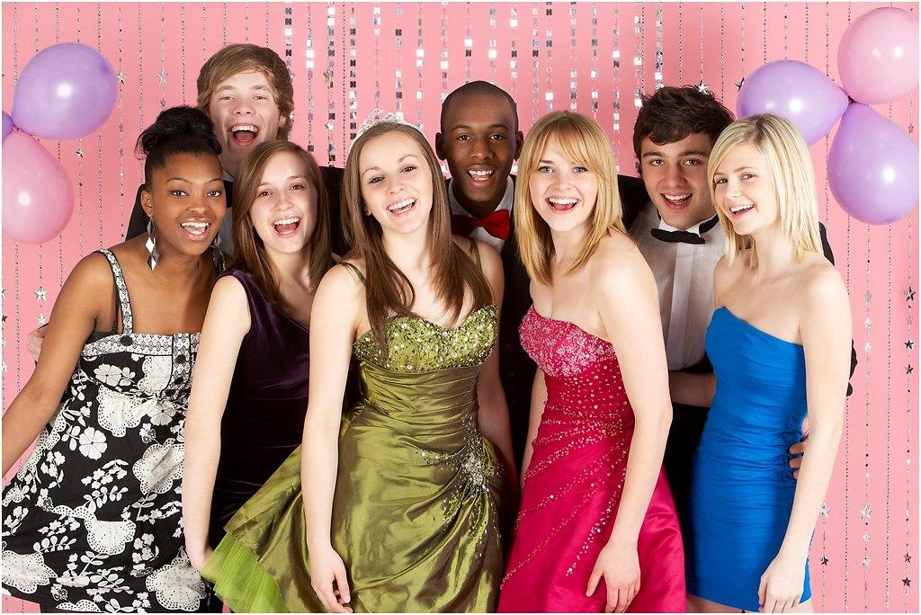 Group Of Teenage Friends Dressed For Prom (Abiball-Fotograf-Hamburg)